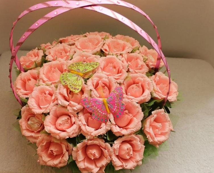 Фото подарок из конфет розы.