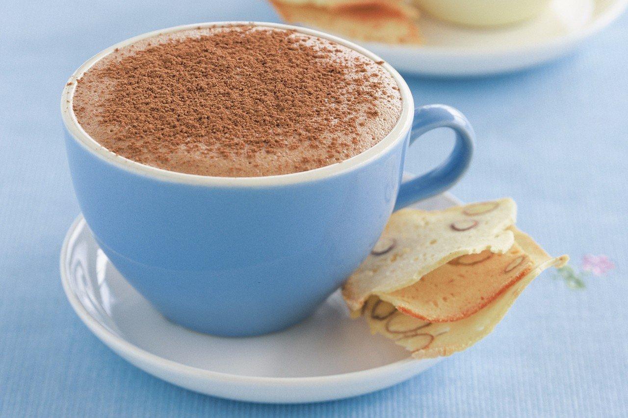 Фото синяя чашка с какао.