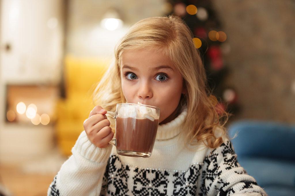 Фото девочка пьет какао.